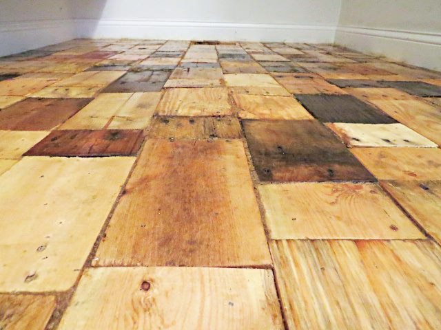 An Easy DIY Free Pallet Wood Floor Redo