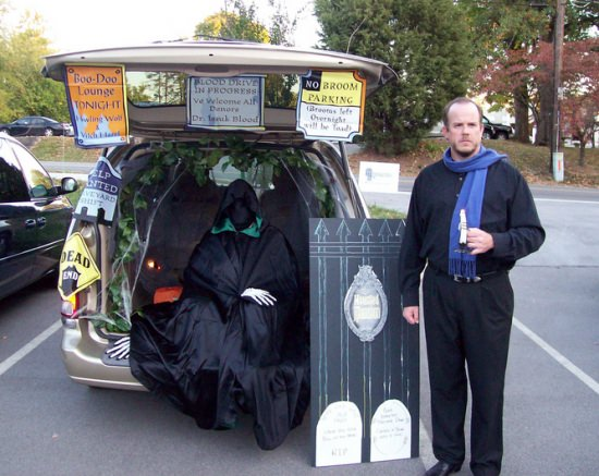 Haunted house car trunk theme