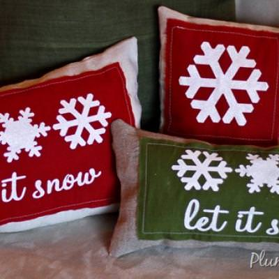 How to Make Burlap Stenciled Christmas Pillows {stencil tutuorial}