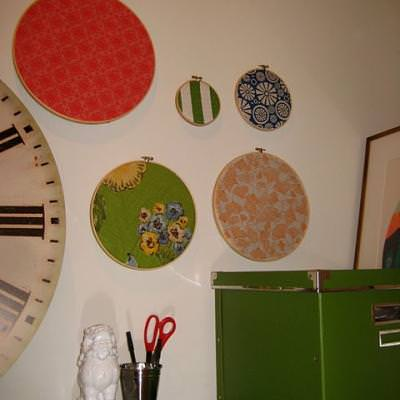 How to Make Embroidery Hoop Corkboards {bulletin board}