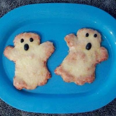 Ghostly Pita Pizza {Halloween Food}