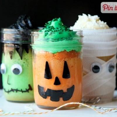 Halloween Themed Mason Jar Mini Cakes {halloween cakes}