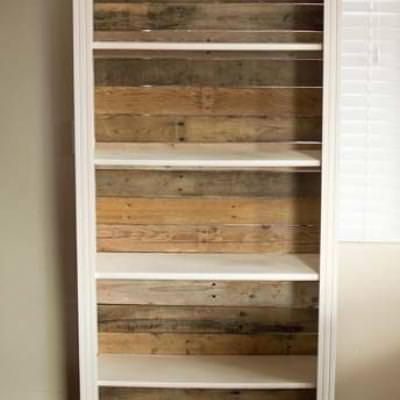 Pallet Backed Bookshelf {Bookshelves}