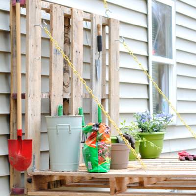 Pallet Gardening Table {Gardening Furniture}